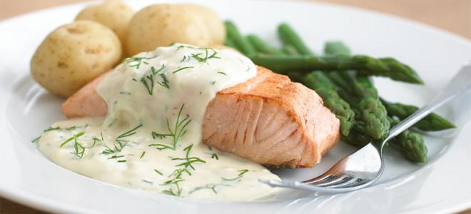 Соус для морепродуктов из сливок и чеснока.