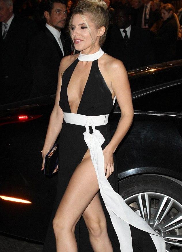 Под белым платьем нет трусов — pic 6