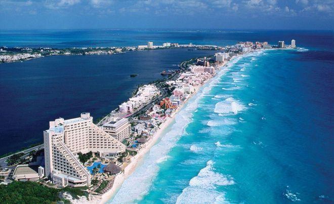 Вид на отели Канкуна, расположенные вдоль пляжа с волнами