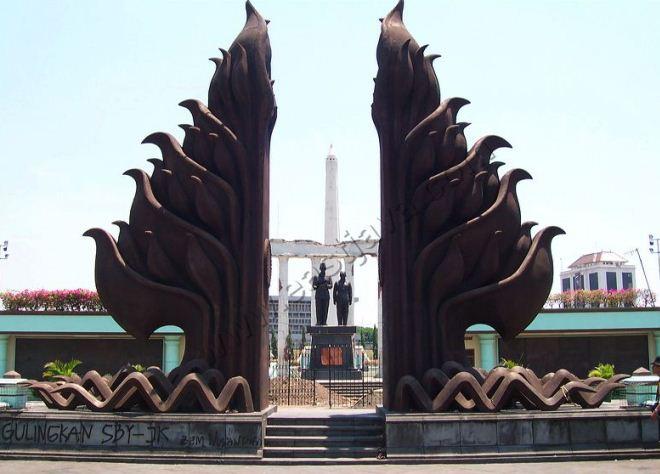 Памятник Tugu Pahlawan