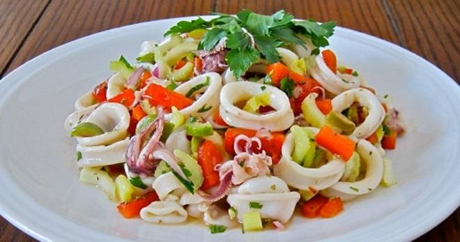 Салат с кальмарами – вкусное и легкое блюдо с разными добавками