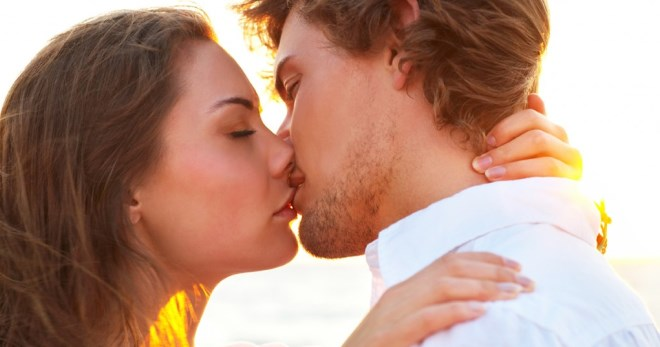 Как правильно целоваться с парнем или девушкой: французский поцелуй с языком, уроки, чтобы научиться целоваться в засос без партнера, поцелуй в губы в первый раз.