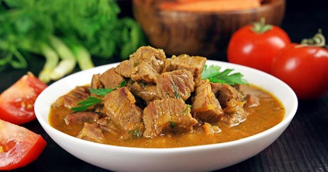 Гуляш из говядины с подливкой – рецепт в мультиварке, кастрюле, духовке, на сковородке