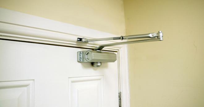 Доводчики для входных дверей – принцип работы, виды и монтаж