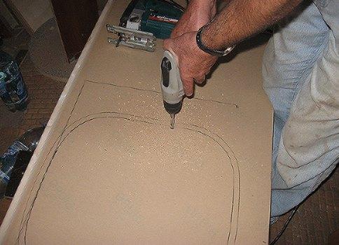 видео как вырезать отверстия столешнице под мойку