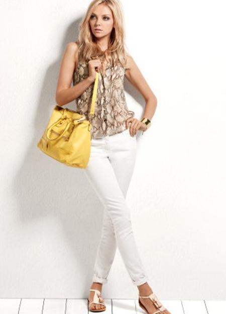 Женщины в обтягивающих белых брюках #4