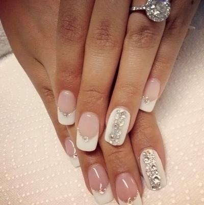 фото белый френч на ногтях со стразами
