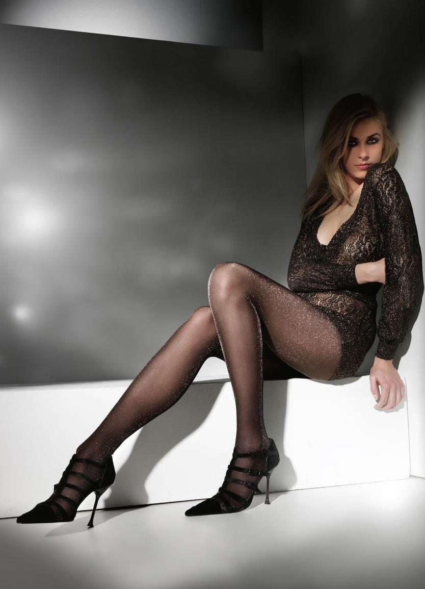 Майлен, фото в блестящих коричневых колготках