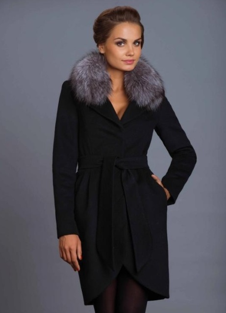 чёрное пальто с меховым воротником фото