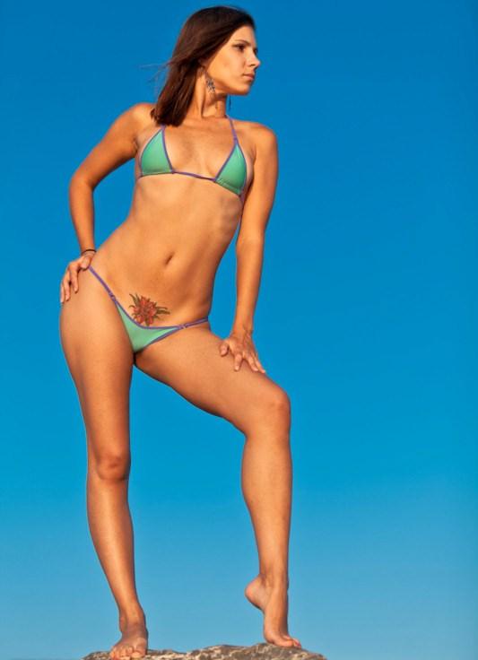 Девочек в мини бикини на пляже