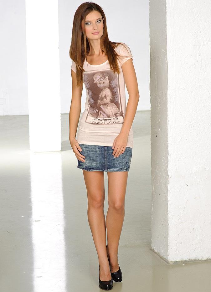 ноги в джинсовой юбке