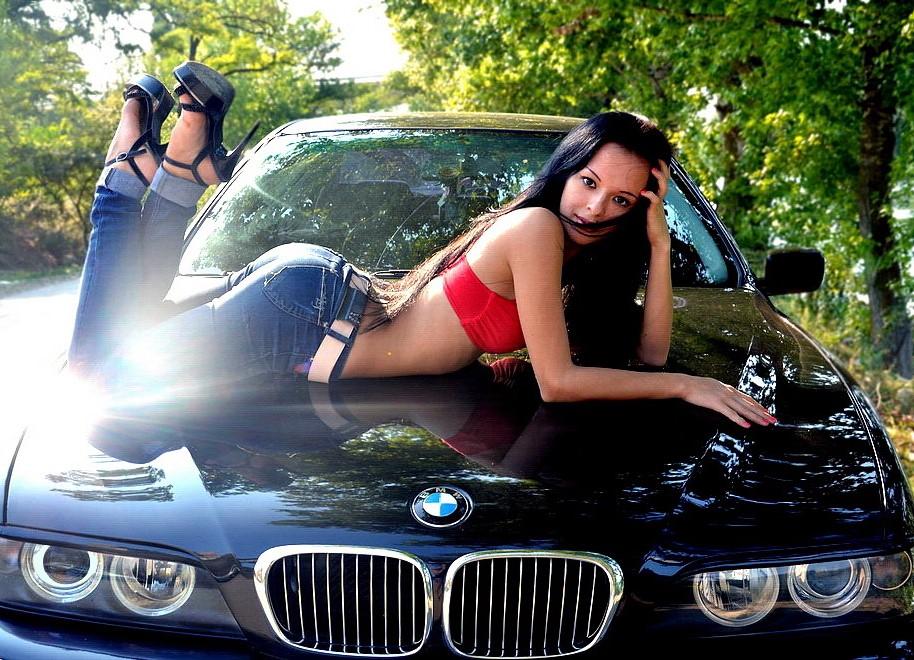 Девушки около машины, трахнул в рот зрелую смотреть онлайн