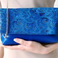 89671eede410 ... носить и как создать модный лук? Синий клатч может дополнить собой как  вечернее платье, так и симпатичный повседневный комплект из джинсов и топа.