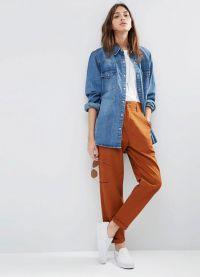 с чем носить коричневые женские брюки 16