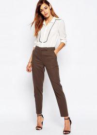 с чем носить коричневые женские брюки 18