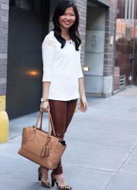 с чем носить коричневые женские брюки 3