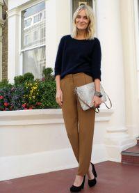 с чем носить коричневые женские брюки 5