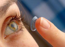 как правильно вставлять линзы в глаза