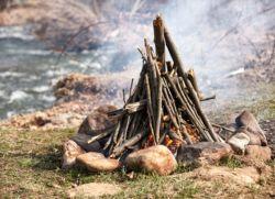 как разжечь костер в лесу без спичек