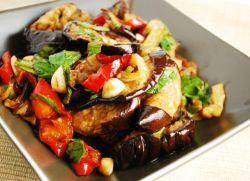 теплый салат с баклажанами и говядиной