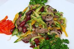 Салат говядина и соленый огурец