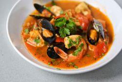 итальянский суп с морепродуктами томатный