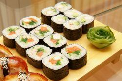 Ролл с креветкой, декорированный жареной рисовой бумагой – кулинарный рецепт