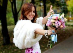 Фото цветов дарят девушке