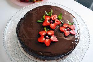 как из клубники сделать украшение на торт 1