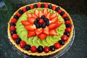 украшение торта клубникой и киви 15