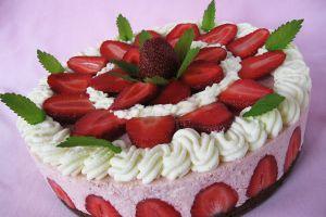 украшение торта клубникой и мятой 17