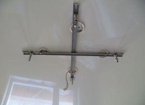 Крепление люстры на натяжной потолок11