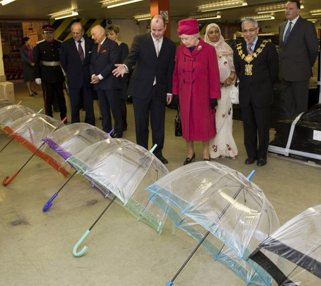 Зонты Елизаветы II всегда совпадают с тоном ее наряда в 2019 году