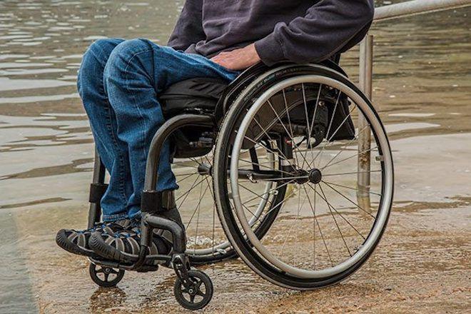 Человек на инвалидном кресле