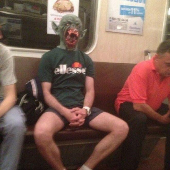 Чудики в метро - Страница 2 10nado_hodit_v_maskah