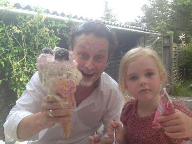 Папа с рожком мороженого и дочка