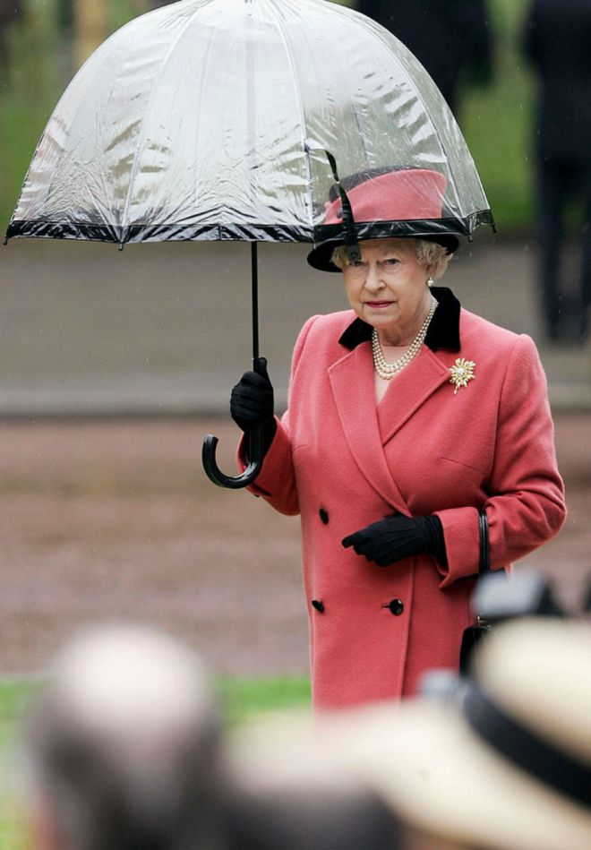 Смотреть Зонты Елизаветы II всегда совпадают с тоном ее наряда видео