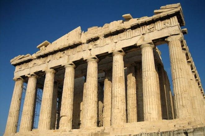 Строение с колоннами