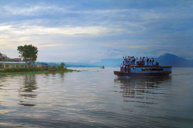 По дороге в школу на крыше деревянной лодки