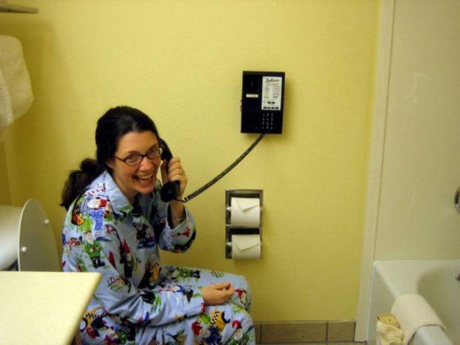 С телефоном на унитазе