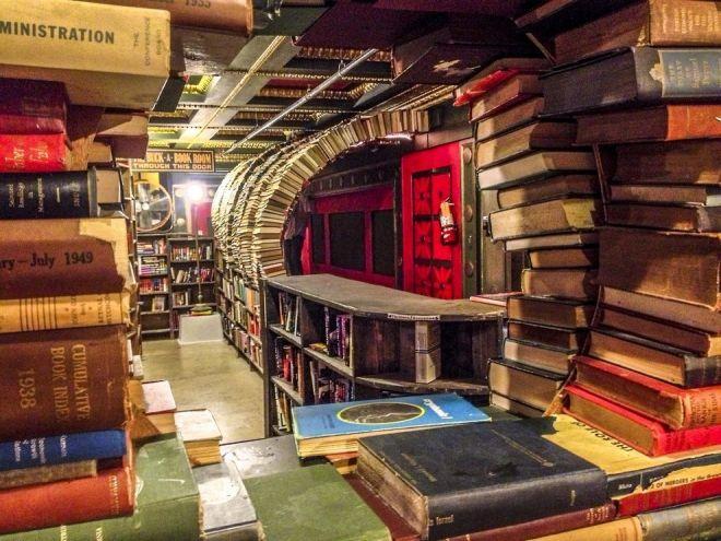 Внутри книжного магазина Даунтауна