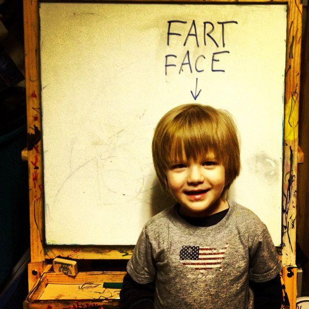 Малыш на фоне надписи