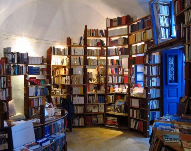Внутри книжной лавки в Греции