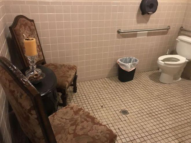 Мягкие стулья в туалете