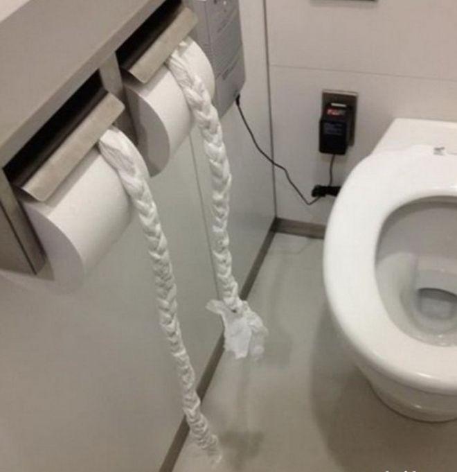 застрял в туалете