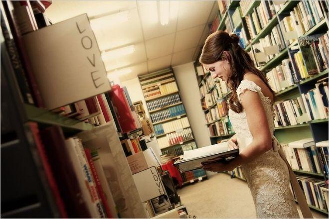 Внутри книжного магазина
