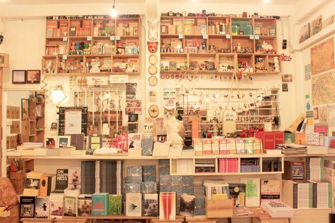 Внутри канижного магазина в Сингапуре