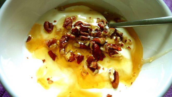 Овсянка с орехами в тарелке