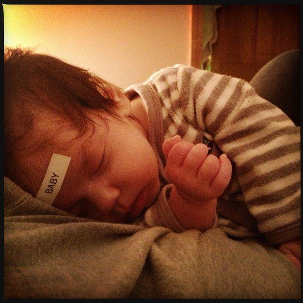 Спящий ребенок со стикером на голове