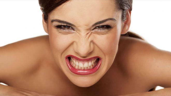 Девушка скалит зубы